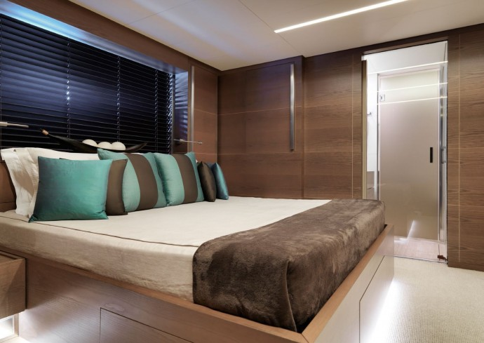 Guided tour for a sale s onyx yacht at of 9 9 million euros for Chambre design vip