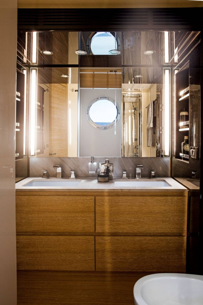 Yacht Azimut 72 Flybridge bathroom