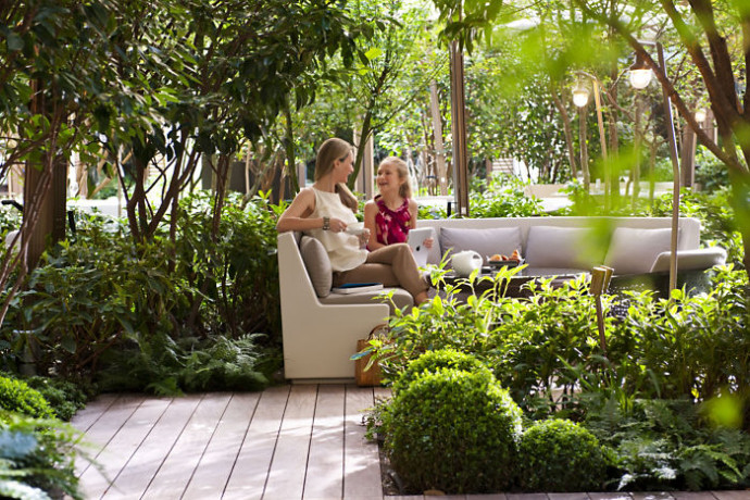 mandarin oriental paris-garden-mother-and-daughter-1