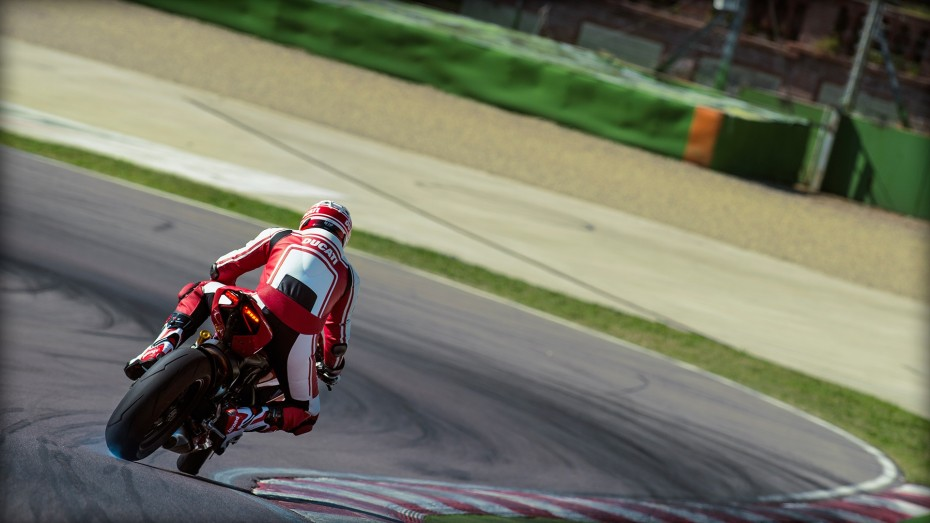 SBK-1299-Panigale-S_2015_Amb-02_1920x1080-1.mediagallery_output_image_[1920x1080]