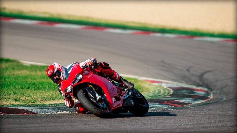 SBK-1299-Panigale-S_2015_Amb-05_1920x1080.mediagallery_output_image_[1920x1080]
